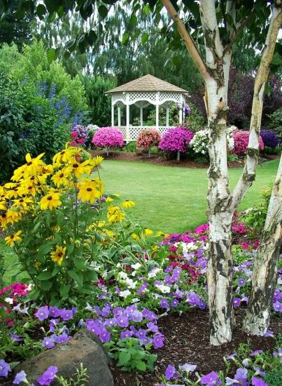 Garten mit Pavillon im Frühling